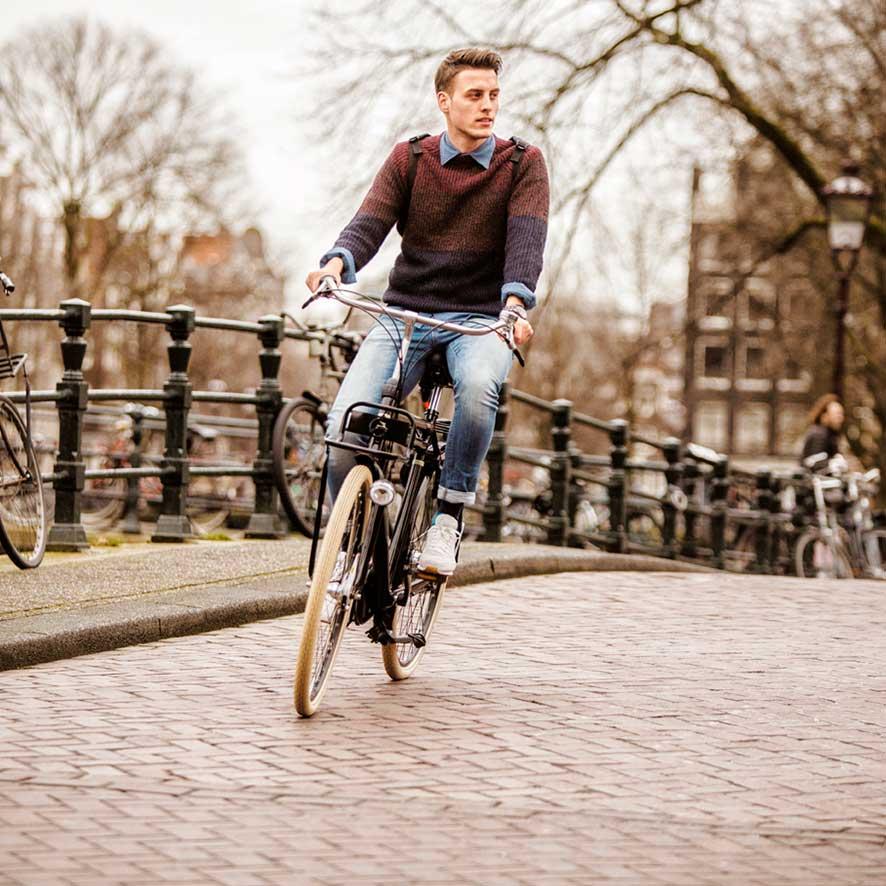De unieke voor- en achterdrager benadrukken de stoere looks van deze transportfiets.