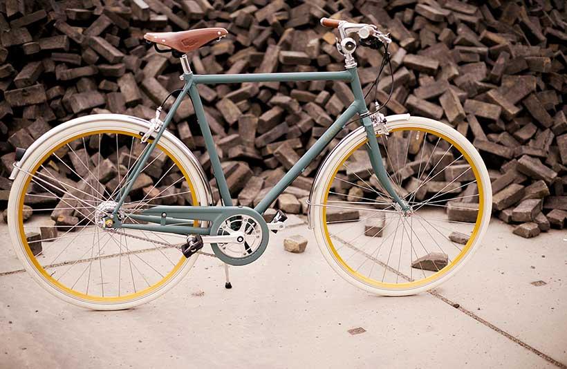 Ondanks het stalen frame is de fiets opvallend laag in gewicht; slechts 12,8 kg.