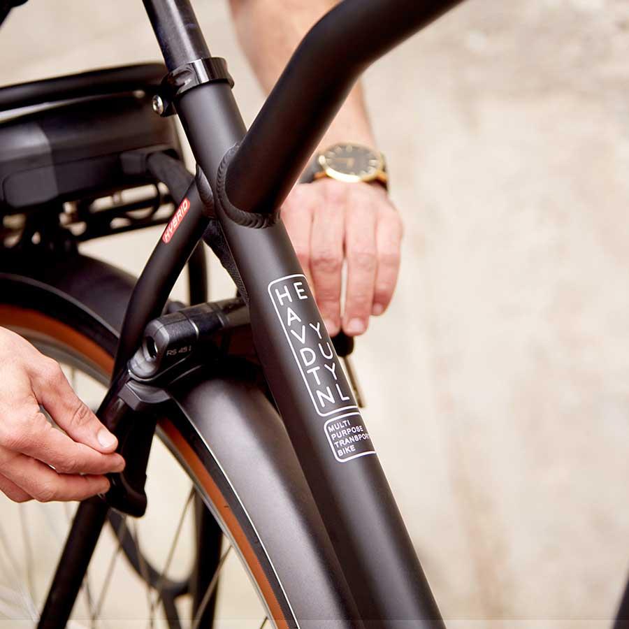 Het frame en de voor- en achterdrager zijn gemaakt van ijzersterk aluminium, ideaal voor in de stad.