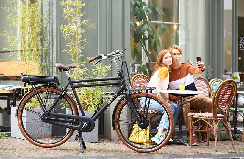 Deze veelzijdige transportfiets is gestyled in verschillende kleuren, zodat er altijd één past bij jouw levensstijl.